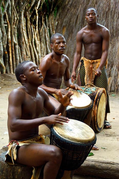Jongens en mannen spelen de drums